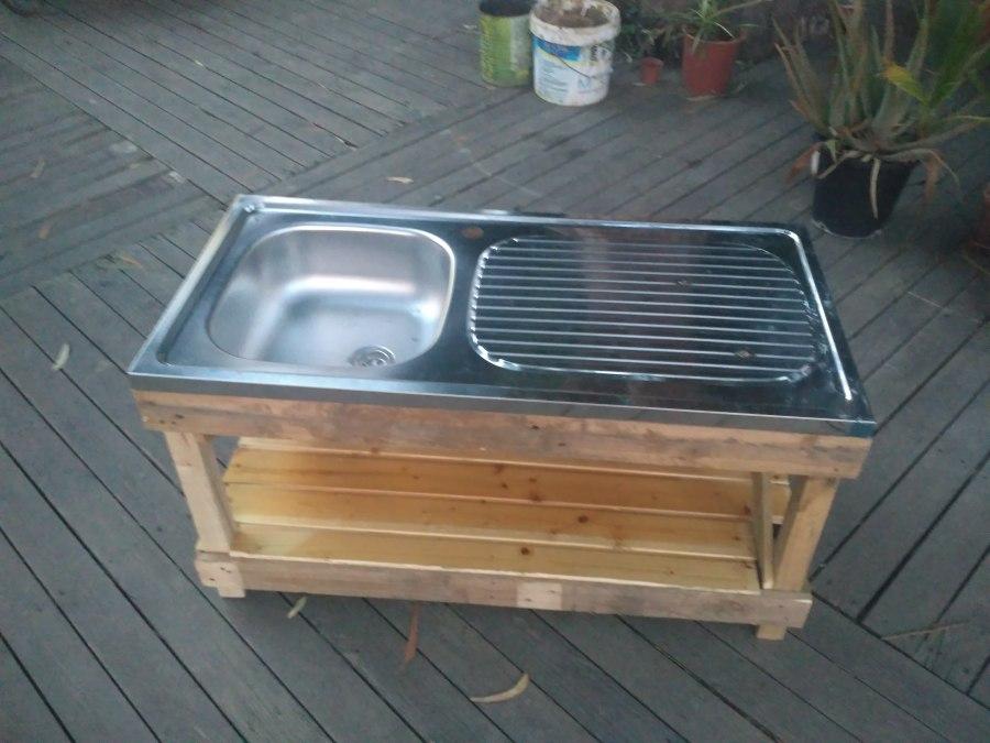 Nuestra cocinita exterior recien hecha. Encontramos una pila vieja y le hicimos la base con maderas recicladas
