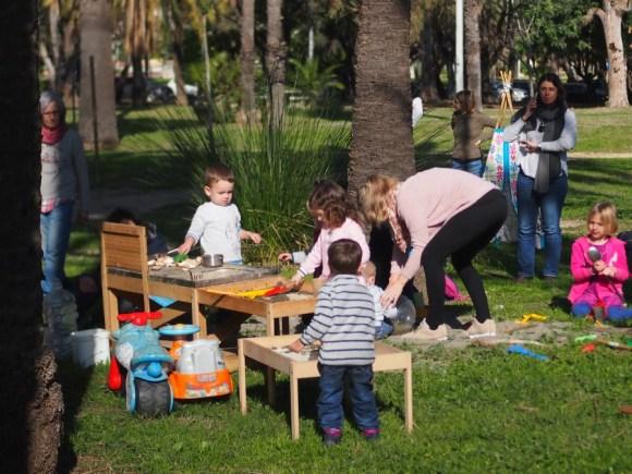 Zona de arenero y cocinita, niños y niñas jugando en familia