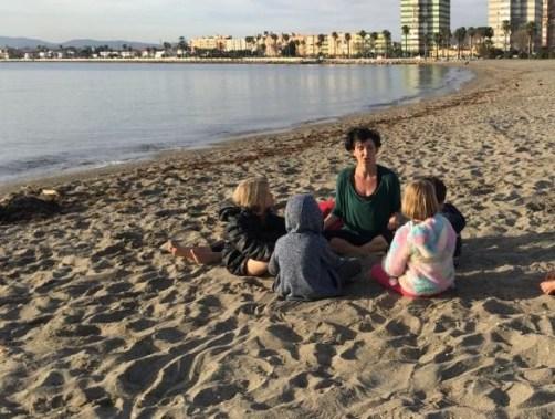 Cantando ohms con los peques en la playa