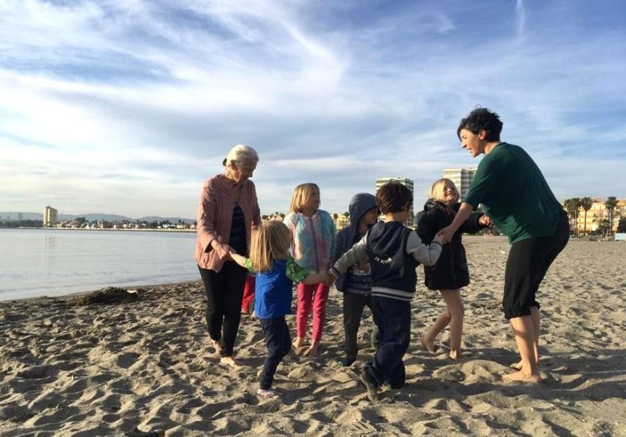 Haciendo yoga para niños en la playa, como fluye el rio con los niños