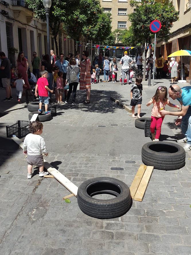 Gincana de palos y neumaticos en las calles de Barcelona para que jueguen los peques