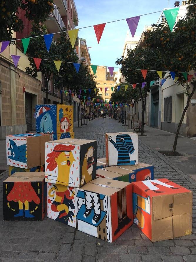 Puzle con cajas gigantes en para que los peques jueguen en una calle de barcelona