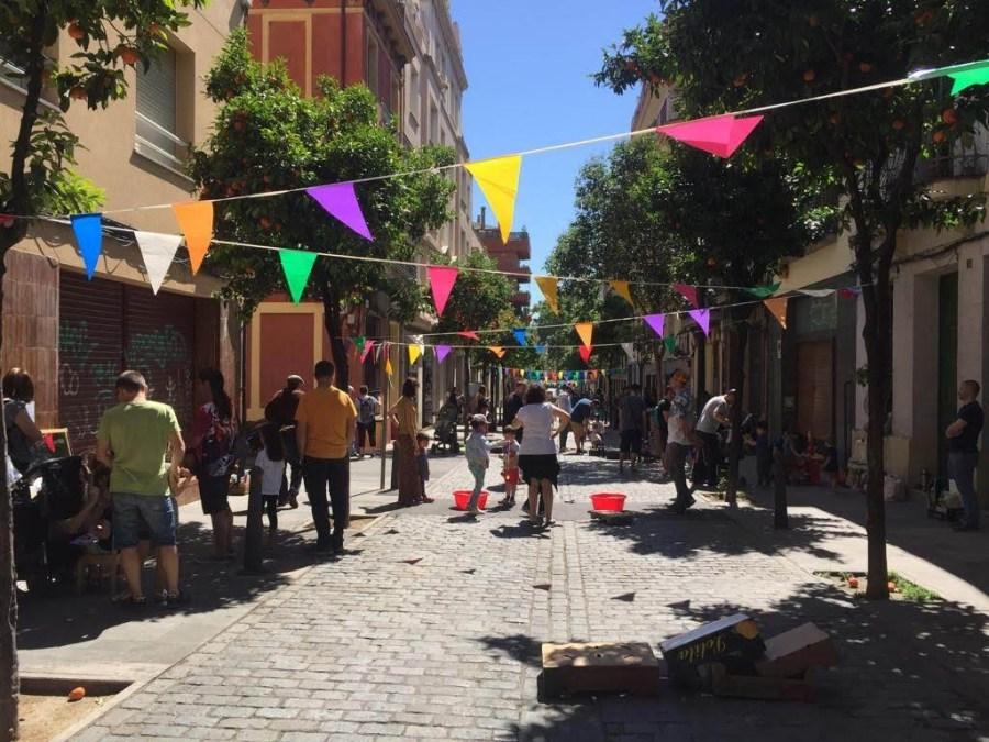 Vista general de la calle el barrio de Sant Andreu del Palomar en Barcelona con el evento Territori Infantil