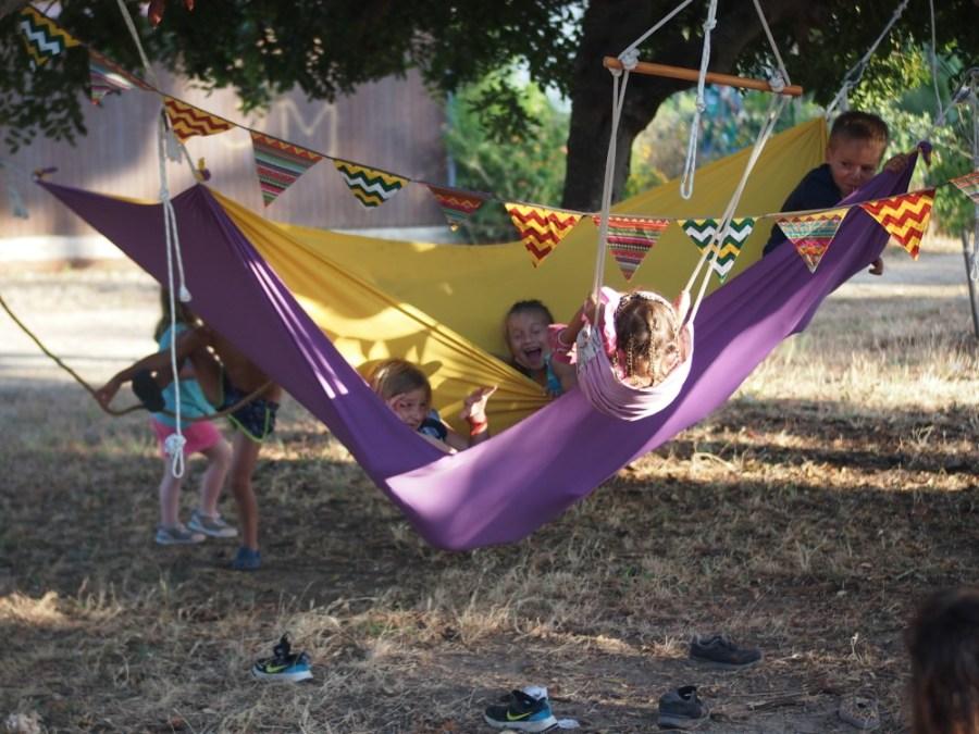 Niños jugando en una hamaca sensorial de capas