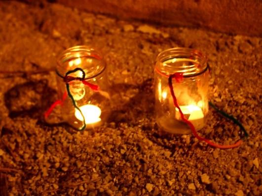 Farolillos hechos en jarras de cristal para la noche de Halloween o Samain
