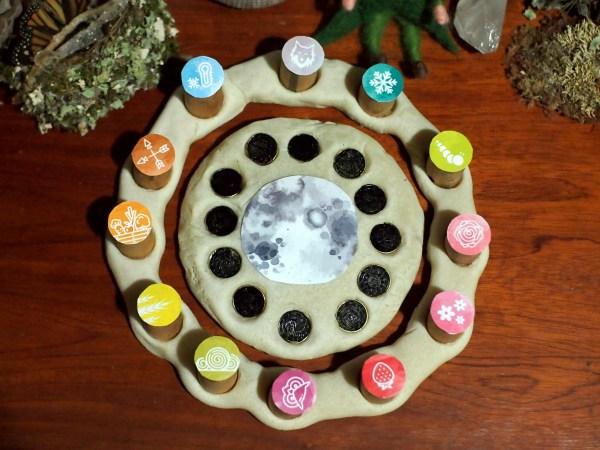 Calendario lunar con lunas llenas y nuevas hecho de pasta de sal