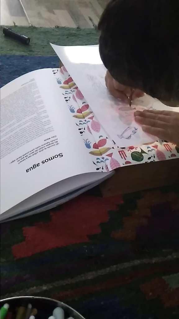 Mi sobrino calcando los dibujos de la revista