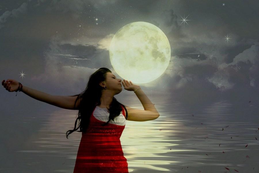 Foto de mujer con la luna de fondo