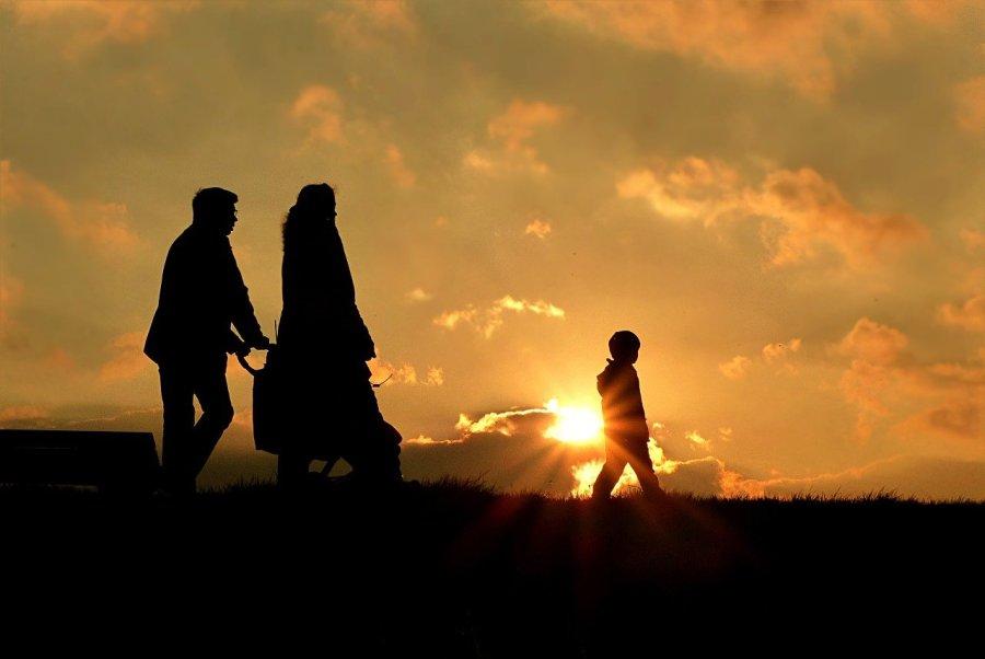 Foto de una familia con el sol poniente detras