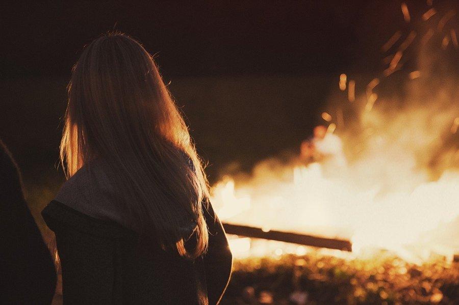 Foto de mujer con fuego detras