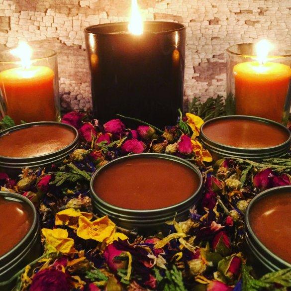 Foto donde se ven balsamos y unas velas