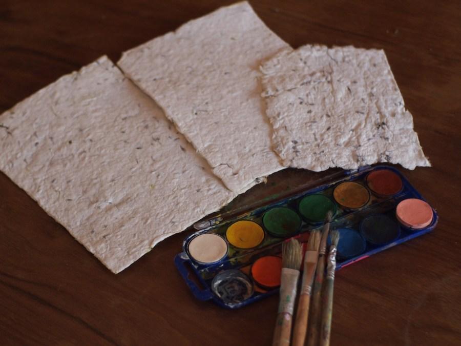 Papel casero terminado y listo para pintar con acuarelas, el papel casero es uno de los materiales del método naturaleza creativa de Zaida Mares