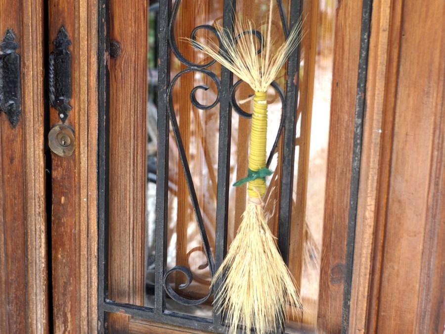 Muñeca o ramillete de espigas de trigo colgado de una puerta para celebrar lammas