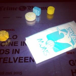 Pakkie cocaïne en verschillende soorten XTC pillen © crime nieuws