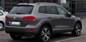 Een donkergrijze Volkswagen Touareg.