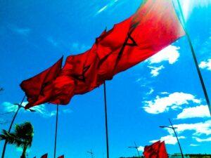 Marokkaanse vlaggen wapperen in de Marokkaanse lucht © crime nieuws