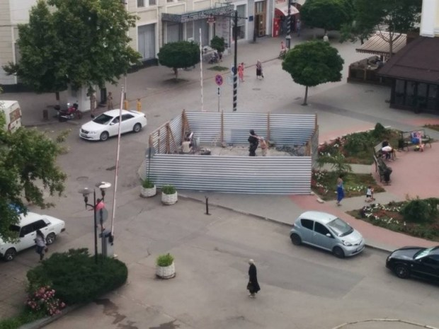 В Симферополе установили памятник Вежливым людям