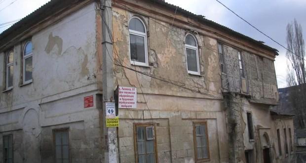 В Бахчисарае сносят здание. Историческое, но аварийное