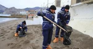 Крымские спасатели очистили судакское побережье от мазута