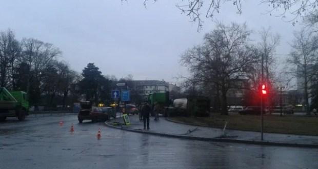 Мусоровоз перевернулся у здания Совета министров Крыма