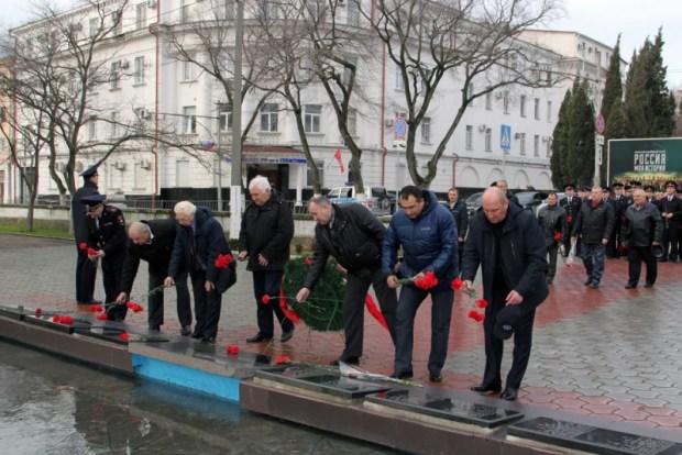 В Севастополе в День защитника Отечества сотрудники полиции почтили память погибших товарищей