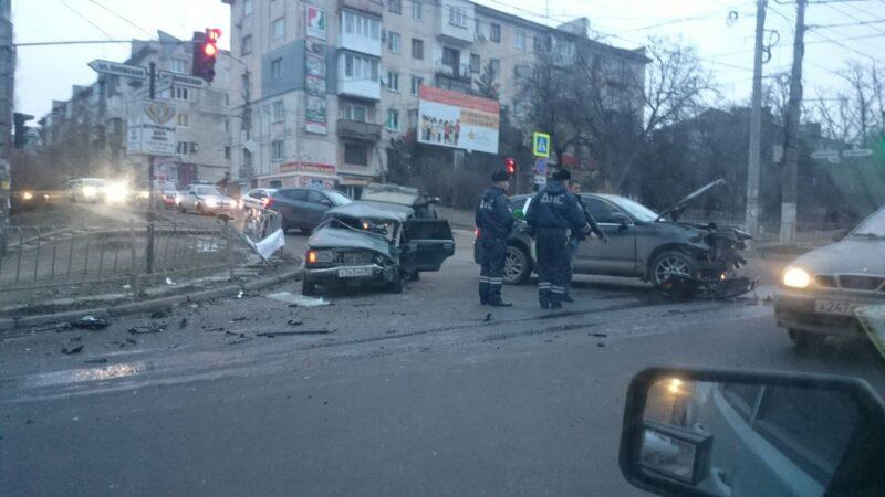 "Утреннее ДТП в Симферополе. ""Porsche Cayenne"" против ""четверки"" ВАЗа"