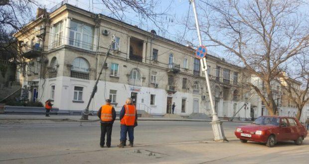 В центре Севастополя чуть не упали два столба наружного освещения