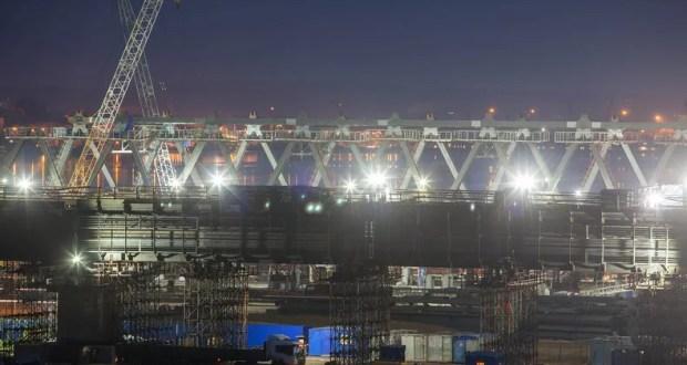 Строители возводят арочные пролеты Керченского моста