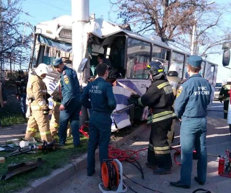 В Севастополе троллейбус врезался в столб
