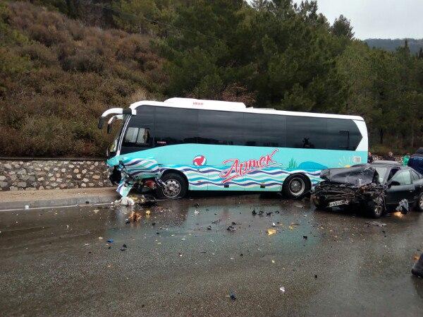 ДТП на трассе «Севастополь – Ялта». «Mitsubishi» врезался в «артековский» автобус