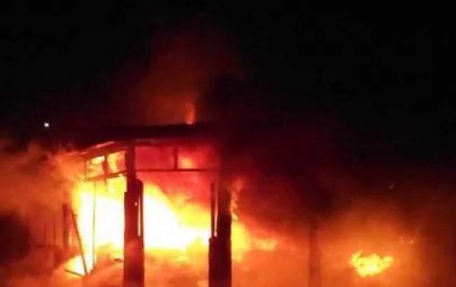 """На остановке """"Юмашева"""" в Севастополе сгорел торговый павильон"""