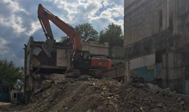 Строители разбирают здание бывшего спорткомплекса «Динамо» в Симферополе