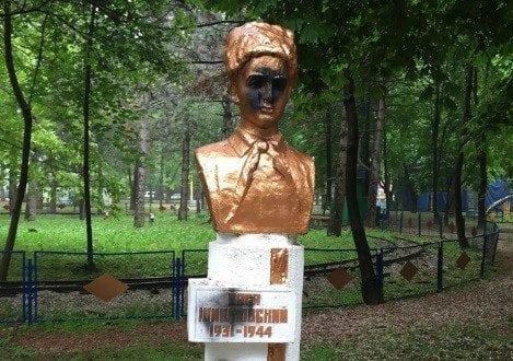 В Детском парке Симферополя облили краской памятники пионерам-героям