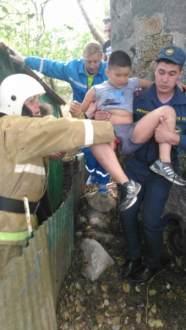 Крымские спасатели оказали помощь 10-ти летнему ребенку, который упал на острую арматуру