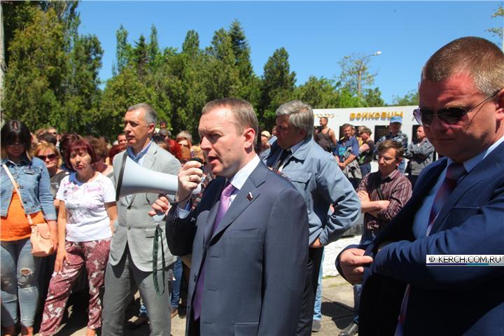 Депутату Госдумы РФ Константину Бахареву стало плохо на митинге в Керчи