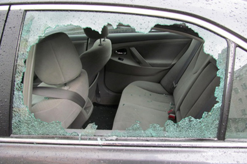 В Симферополе воры повадились вскрывать машины, разбивая стекло