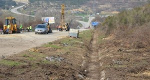 На поврежденном участке трассы «Симферополь – Севастополь» уплотняют насыпь
