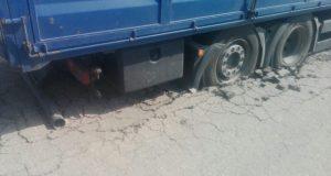В Нижнегорском районе Крыма фура «утонула» в асфальте