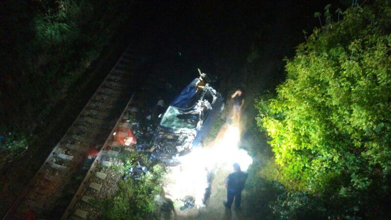 ВКрыму электричка раздавила упавшую смоста напути иномарку