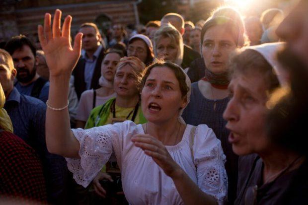 """Против """"Матильды"""" Учителя верующие организовали стояние... Режиссёр обратился в прокуратуру"""