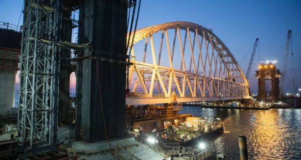 Автодорожный арочный пролёт Керченского моста перемещают в зону погрузки на плавопоры