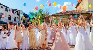 По Феодосии невест водили! Состоялся Всекрымский парад невест