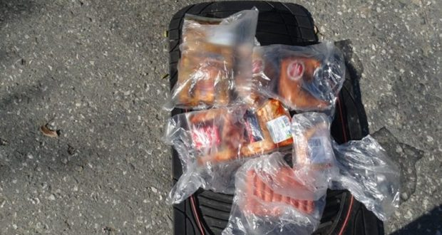 Украинец нелегально вез в Крым сосиски и окорочка. Под сиденьем в своей машине