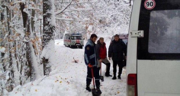 Крымские спасатели освободили из снежного плена автобус с 18 пассажирами
