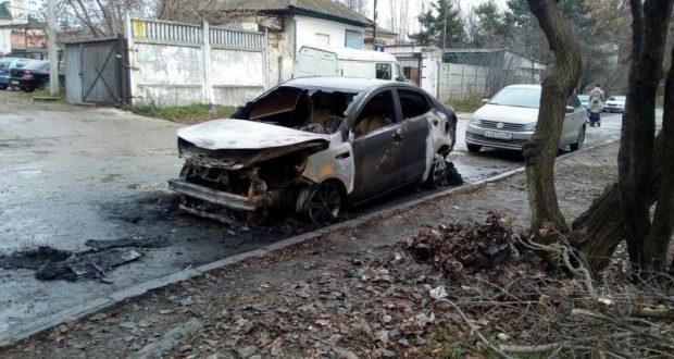 Рано утром в Симферополе сгорела иномарка. Основная версия - поджог