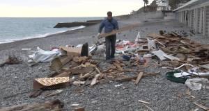Коммунальщики приводят в порядок Приморский пляж в Ялте