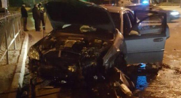 Ночное ДТП в Симферополе: две машины вдребезги. Пострадали четыре человека