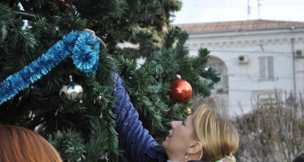 В Севастополе заново нарядили разграбленную ёлку