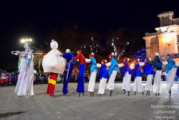 В Евпатории открыли главную ёлку города