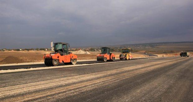 На транспортной развязке объездной дороги Дубки – Левадки строители укладывают асфальт